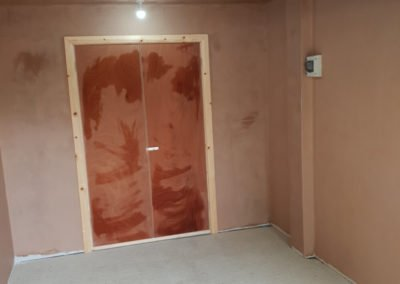 Freshly plastered walls in a private home. We also fitted the wooden architrave around the doors.